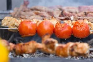 Tomaten am Spieß auf dem Grill