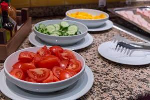 Tomaten, Gurken und gelber Paprika zum Schinkenspeck