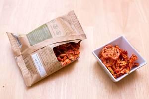 Tomatenchips pur von Dörrwerk in der Verpackung und in der Schüssel