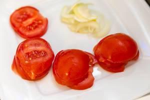 Tomatenscheiben und Zwiebelscheiben auf dem Teller
