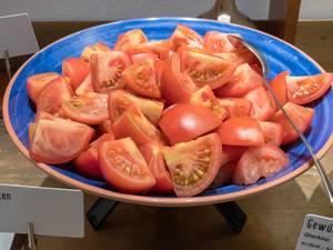 Tomatenstücke auf einem Teller an einem Buffet