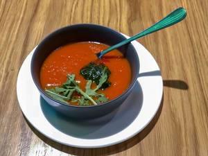 Tomatensuppe beim Avocado Cafe: Tomaten, Cherrytomaten, Karotten, Zwiebel, Knoblauch, Rucola, Gewürze, Basilikumsauce, Kräuter der Provence