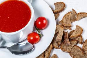 Tomato soup in a tureen with slices of black bread and tomatoes (Flip 2019)