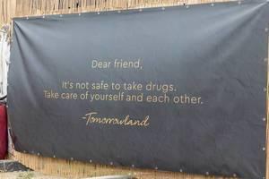 Tomorrowland Festival warnt die Besucher mit einem großen Poster beim Eingang, dass Drogenkonsum gefährlich ist