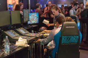 Tontechniker mit Mischpult am Messestand von Blizzard