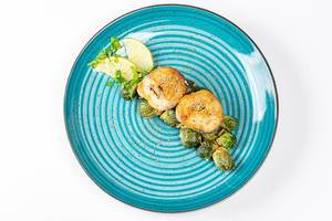 Top view slices of fried hake with Brussels sprouts (Flip 2019)