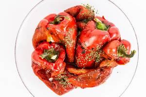 Top-view von roter gegrillter Paprika mit Kräutern in einer Glasschale
