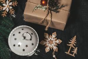 Top-view Weihnachtsgeschenke mit Baumschmuck und Laterne