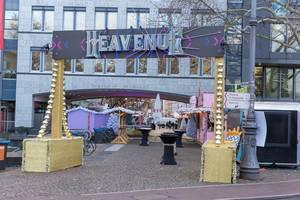 Tor zu Heavenue mit weihnachtlichen Verkaufsständen am Mauritiuswall in Köln