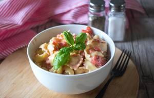 Tortellini mit Tomatensoße garniert mit Basilikum