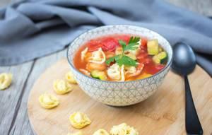 Tortellini-Suppe mit Tomaten und Zucchini