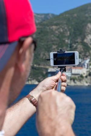 Tourist fotografiert griechisches Kloster auf Athos mit seinem Handy