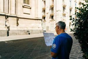 Tourist mit Stadtplan in Catania, Sizilien