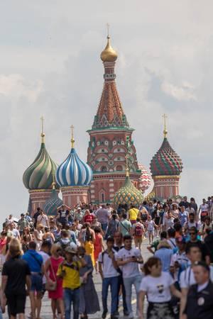 Touristen am Roten Platz mit der Basilius-Kathedrale im Hintergrund