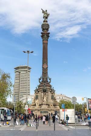 Touristen & Straßenverkäufer vor der Sehenswürdigkeit Mirador de Colom - Denkmal für Kolumbus, in katalonischen Barcelona, Spanien