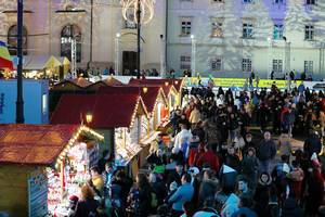 Touristen auf dem Weihnachtsmarkt in Sibiu - Hermannstadt in Rumänien