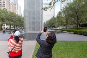 Touristen fotografieren die Crown Fountain in Chicagos Millennium Park
