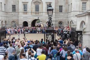Touristen schauen den Gardisten der Queen