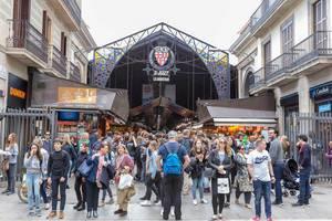 """Touristen und Besucher vor der überdachten Markthalle """"Mercat de Sant Josep"""" an der La Rambla in Barcelona, Spanien"""