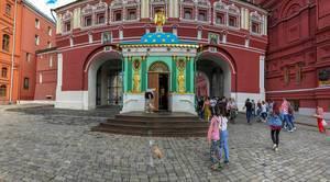 Touristen vor dem Auferstehungstor in Moskau