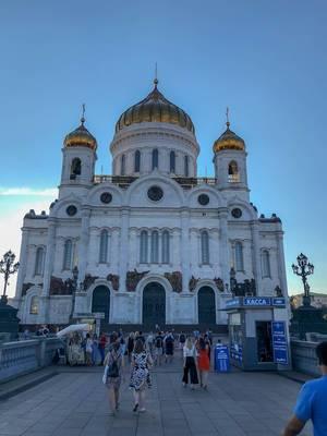 Touristen vor der Christ-Erlöser-Kathedrale in Moskau