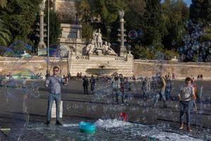 Touristenattraktion mit Seifenblasen auf dem Piazza del Popolo in Rom