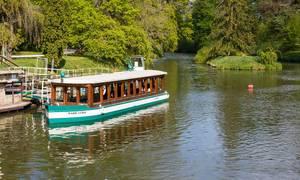 Touristenboot aus Holz auf einem See