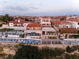 Touristenhäuser mit Liegestühlen auf den Terrassen in Afitos