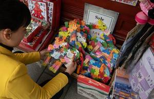 Touristin kauft Andenken an Stätereise in Souvenirladen in Budapest, Ungarn