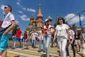 Tourists in front of the Saint Basil