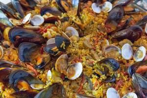 Traditionell spanische Paella mit frischen Muscheln