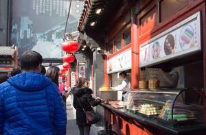 Traditionelle Einkaufsstraße mit ländertypischen Lebensmittel an Restaurant-Ständen