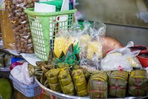 Traditionelle Reiskuchen mit Füllung Banh Tet auf einem Markt in Saigon