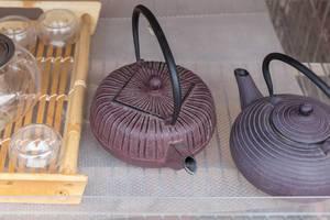 Traditionelle Teekannen aus Gusseisen am Wiener Naschmarkt
