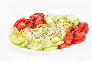Traditioneller Salat mit Kohl, Tomaten, Gurke und Paprika
