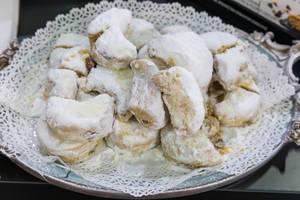 Traditionelles griechisches Gebäck von Deluxe, mit ganzen Mandeln und Puderzucker