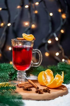 Traditionelles heißes Weihnachtsmarkt-Getränk mit Gewürzstangen