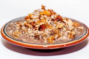 Traditionelles Weihnachtskutya aus Weizen und Milch, verfeinert mit Nüssen und Aprikosen