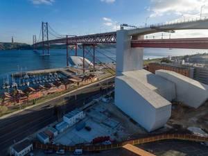 Tragpfeiler der Hängebrücke Ponte 25 de Abril in Lissabon, Portugal (Drohnenfoto)