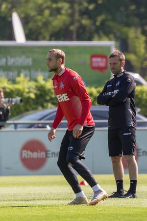 Trainer André Pawlak beobachtet Marcel Risse und andere Spieler auf dem Platz, bei seinem ersten Fußballtraining mit dem 1. FC Köln