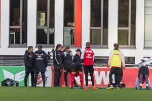 Trainerstab und Spieler von 1. FC Köln beim Training am 13.11.2017
