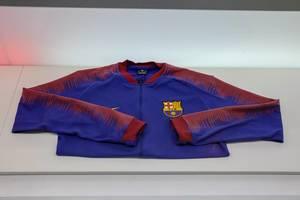 Trainingsjacke in den Vereinsfarben der Fußballmannschaft FC Barcelona auf weißem Untergrund, in Spanien