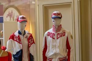Trainingskleidung und Kappen mit der Aufschrift Russland