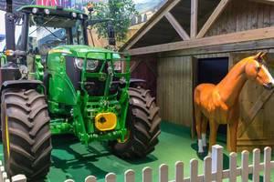 Traktor und Pferd am Messestand von Landwirtschafts-Simulator 19