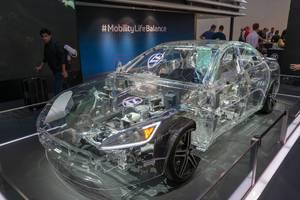 Transparent car: Durchsichtiges Auto von ZF, Plug-in-Hybrid Transmission & E-Motor