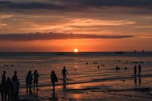 Traumhafter Sonnenuntergang spiegelt sich im Meer vor Boracay, westliche Vishayas, Philippinen