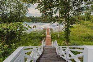 Treppe zum Bootssteg am See