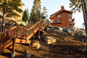 Treppen führen zu einem großen Haus am Berg