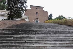 Treppen führen zu einer alten Kapelle in Rom