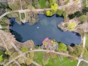 Tretboote am Teich im Park Volksgarten in Köln aus der Vogelperspektive